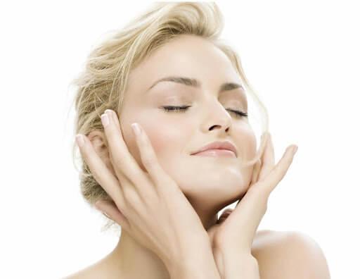 Vỗ nhẹ vào da giúp quá trình cấp ẩm và dưỡng chất của nước hoa hồng Simple hiệu quả hơn