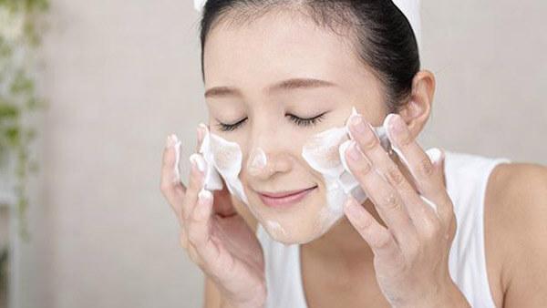 Rửa mặt sạch bằng sữa rửa mặt