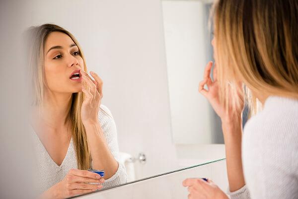 Cải thiện độ ẩm, ngăn ngừa nứt nẻ của đôi môi trong thời tiết hanh khô