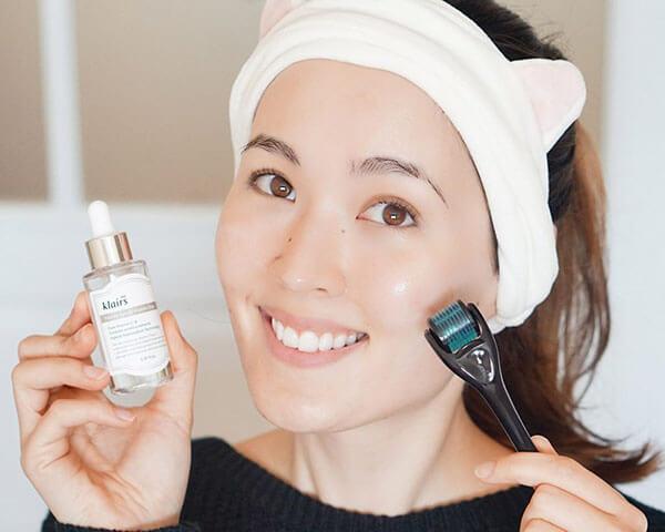 Vệ sinh da mặt thật kỹ và massage trong quá trình dưỡng da giúp công dụng của serum đạt hiệu quả tối đa