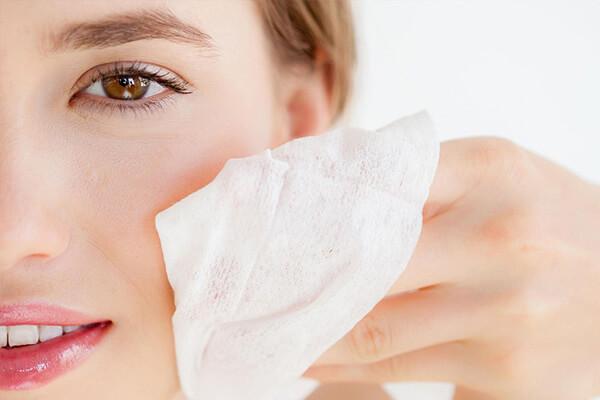 Sử dụng giấy thấm dầu để kiểm tra rõ nhất bạn là da dầu hay không