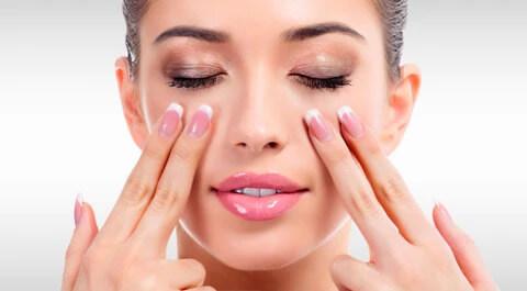 Thực hiện động tác massage giúp serum nhanh chóng thấm đều và phát huy tác dụng