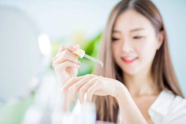 Serum là tinh chất dưỡng da đặc trị dễ dàng thấm nhanh vào bên trong lớp trung bì, hạ bì