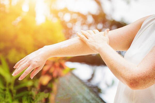 Ánh sáng mặt trời mang lại nhiều lợi ích nhưng bên cạnh đó cũng gây ảnh hưởng đến làn da của bạn