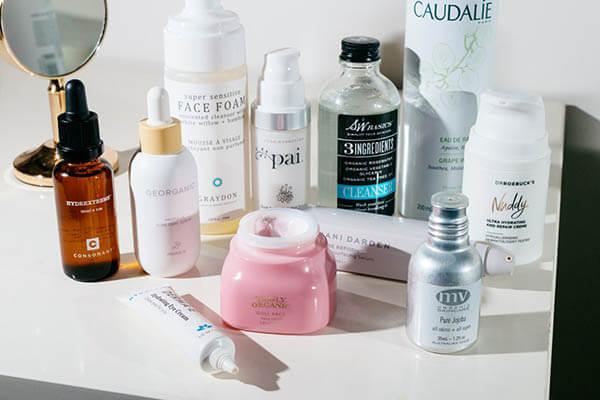 Lotion được dùng sau bước rửa mặt để làm sạch & dưỡng da nhanh chóng.