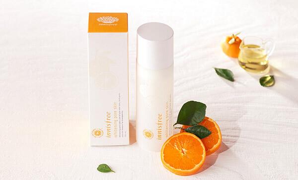 Nước cân bằng Innisfree Whitening Pore Skin chiết xuất từ cam giúp làm đều màu da