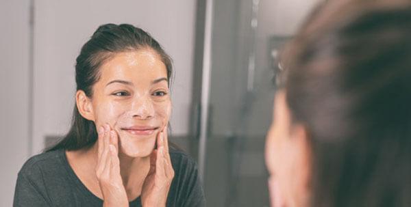 Sữa rửa mặt có dạng gel và không chứa tinh hạt là lựa chọn tốt nhất dành cho da nhạy cảm