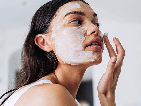 Chăm sóc làn da thường xuyên và sử dụng các loại mỹ phẩm lành tính cho da hỗn hợp