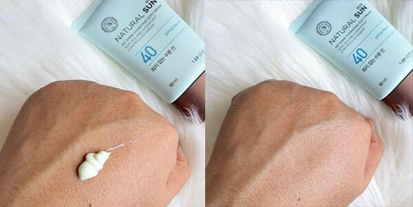 Kem thấm khá nhanh, không gây bệt trắng lên da và giữ màu sắc ban đầu cho da