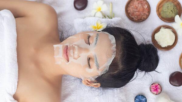 Đắp mặt nạ là bước quan trọng trong quy trình chăm sóc da hỗn hợp