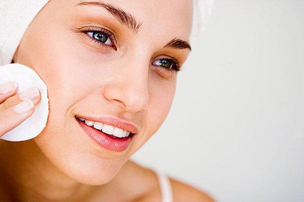 Nên tẩy trang vào mỗi buổi sáng để có thể làm sạch lỗ chân lông hiệu quả