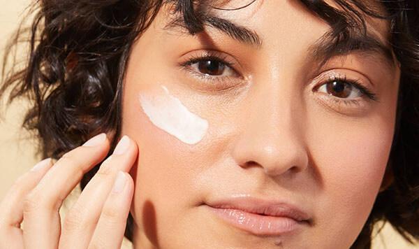 Tán đều trước một lớp lotion để bổ sung dưỡng ẩm giúp kem chống nắng phát huy tốt hơn