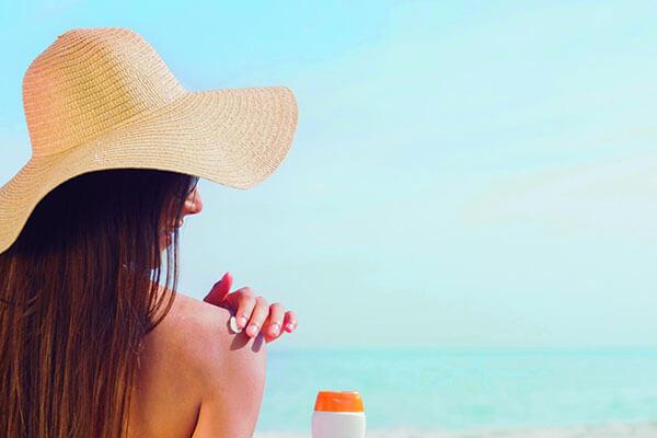 Sử dụng kem chống nắng giúp bảo vệ làn da nhạy cảm