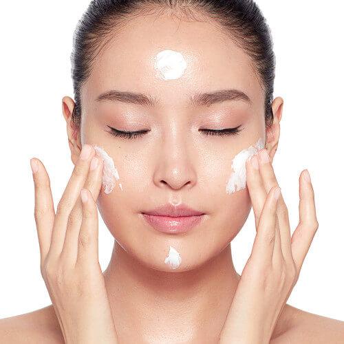 Sử dụng các loại kem dưỡng ẩm mỏng nhẹ giúp thẩm thấu nhanh mà không gây nhờn rít
