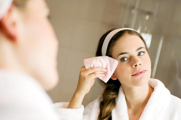 Loại bỏ bụi bẩn từ môi trường, dầu thừa và bã nhờn sâu bên trong da