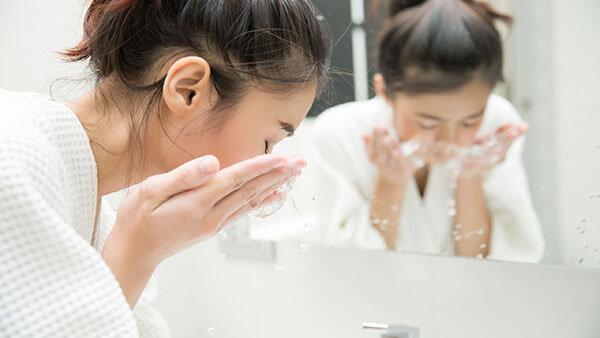 Massage da của bạn vòng tròn tối thiểu 60 giúp kích thích hệ bạch huyết, lưu thông máu và oxy